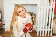 Retrato de una muchacha hermosa en el cuarto adornado de la Navidad Imágenes de archivo libres de regalías