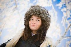 Retrato de una muchacha hermosa en el fondo de Fotografía de archivo