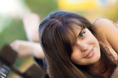 Retrato de una muchacha hermosa en el parque Fotos de archivo libres de regalías