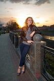 Retrato de una muchacha hermosa en el parque de la ciudad Imagenes de archivo