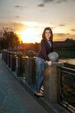 Retrato de una muchacha hermosa en el parque de la ciudad Imagen de archivo libre de regalías