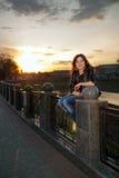 Retrato de una muchacha hermosa en el parque de la ciudad Foto de archivo libre de regalías