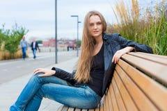 Retrato de una muchacha hermosa en el parque en el banco Cierre para arriba Imagen de archivo