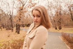 Retrato de una muchacha hermosa en el parque en otoño Imagen de archivo libre de regalías