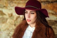 Retrato de una muchacha hermosa en el sombrero en un fondo de la montaña imagenes de archivo