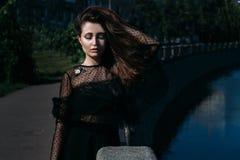 Retrato de una muchacha hermosa en la calle en el puente cerca del río Imagenes de archivo
