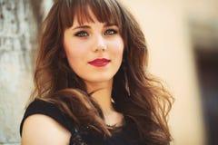 Retrato de una muchacha hermosa en la calle foto con colo caliente Fotos de archivo