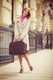 Retrato de una muchacha hermosa en la calle.  Foto en el st del vintage Fotos de archivo