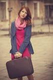 Retrato de una muchacha hermosa en la calle.  Foto en el st del vintage Fotografía de archivo