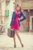 Retrato de una muchacha hermosa en la calle.  Foto en el st del vintage Foto de archivo