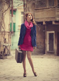 Retrato de una muchacha hermosa en la calle.  Foto en el st del vintage Foto de archivo libre de regalías