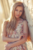 Retrato de una muchacha hermosa en la luz del sol al aire libre imagen de archivo libre de regalías