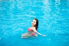Retrato de una muchacha hermosa en la piscina imágenes de archivo libres de regalías