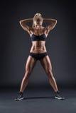Retrato de una muchacha hermosa en los atletas del estudio fotografía de archivo