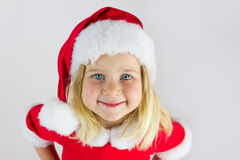 Retrato de una muchacha hermosa en un casquillo rojo del Año Nuevo Imágenes de archivo libres de regalías