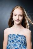 Retrato de una muchacha hermosa en un fondo gris Fotografía de archivo libre de regalías