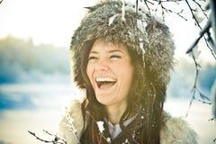 Retrato de una muchacha hermosa en un sombrero de piel en backl Foto de archivo libre de regalías