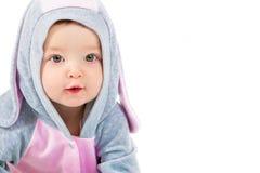 Retrato de una muchacha hermosa en un traje de las liebres Niño en un fondo blanco Foto de archivo libre de regalías
