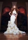 Retrato de una muchacha hermosa en un vestido de boda hermoso Foto de archivo