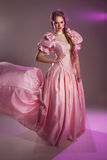 Retrato de una muchacha hermosa en un vestido rosado, Fotografía de archivo