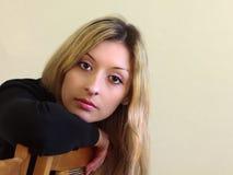 Retrato de una muchacha hermosa joven con el pelo largo Imagenes de archivo
