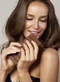 Retrato de una muchacha hermosa joven con el pelo rizado oscuro, sh desnudo imágenes de archivo libres de regalías