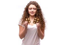 Retrato de una muchacha hermosa joven con el pelo rizado, sosteniendo un chocolate Foto de archivo libre de regalías
