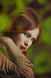 Retrato de una muchacha hermosa joven con las pecas y las coletas Foto de archivo libre de regalías