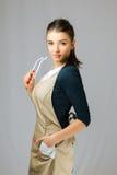Retrato de una muchacha hermosa joven con ropa y vidrios largos de trabajo del pelo que llevan oscuro Imagen de archivo libre de regalías