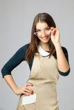 Retrato de una muchacha hermosa joven con ropa y vidrios largos de trabajo del pelo que llevan oscuro Fotos de archivo