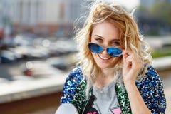 Retrato de una muchacha hermosa joven en primer de las gafas de sol Imagenes de archivo