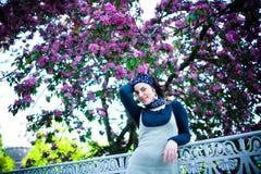 Retrato de una muchacha hermosa joven en un árbol floreciente Belleza de la primavera sin alergia Imagenes de archivo