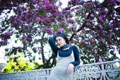 Retrato de una muchacha hermosa joven en un árbol floreciente Belleza de la primavera sin alergia Fotografía de archivo