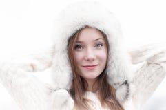 Retrato de una muchacha hermosa joven en un casquillo con los earflaps Imágenes de archivo libres de regalías