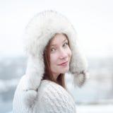 Retrato de una muchacha hermosa joven en un casquillo con los earflaps Fotos de archivo