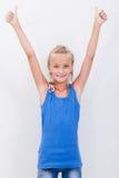 Retrato de una muchacha hermosa que muestra los pulgares para arriba encendido Imagenes de archivo