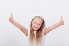 Retrato de una muchacha hermosa que muestra los pulgares para arriba encendido Fotos de archivo
