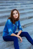 Retrato de una muchacha hermosa que se sienta solamente en las escaleras Foto de archivo