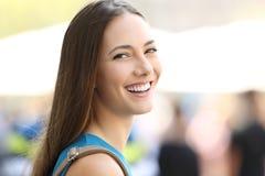 Retrato de una muchacha hermosa que sonríe en usted Fotos de archivo libres de regalías
