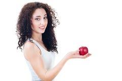 Retrato de una muchacha hermosa que sostiene la manzana roja Foto de archivo