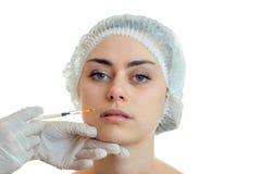 Retrato de una muchacha hermosa sin el maquillaje que cosmetologist que hace inyecciones faciales Fotos de archivo libres de regalías