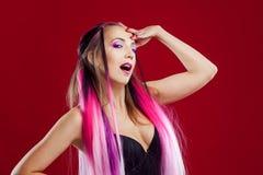 Retrato de una muchacha hermosa y loca con el pelo rosado Imagenes de archivo