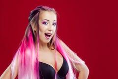 Retrato de una muchacha hermosa y loca con el pelo rosado Fotos de archivo