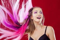 Retrato de una muchacha hermosa y loca con el pelo rosado Imágenes de archivo libres de regalías