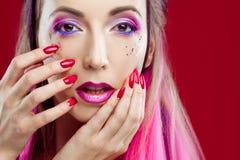 Retrato de una muchacha hermosa y loca con el pelo rosado Imagen de archivo