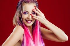 Retrato de una muchacha hermosa y loca con el pelo rosado Fotografía de archivo libre de regalías