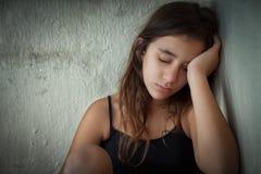 Retrato de una muchacha hispánica cansada y sola Imagen de archivo