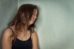 Retrato de una muchacha hispánica triste y sola Foto de archivo