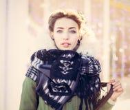 Retrato de una muchacha inusual hermosa en una chaqueta verde con las luces Foto de archivo