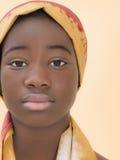 Retrato de una muchacha joven del Afro que lleva un pañuelo tradicional Foto de archivo